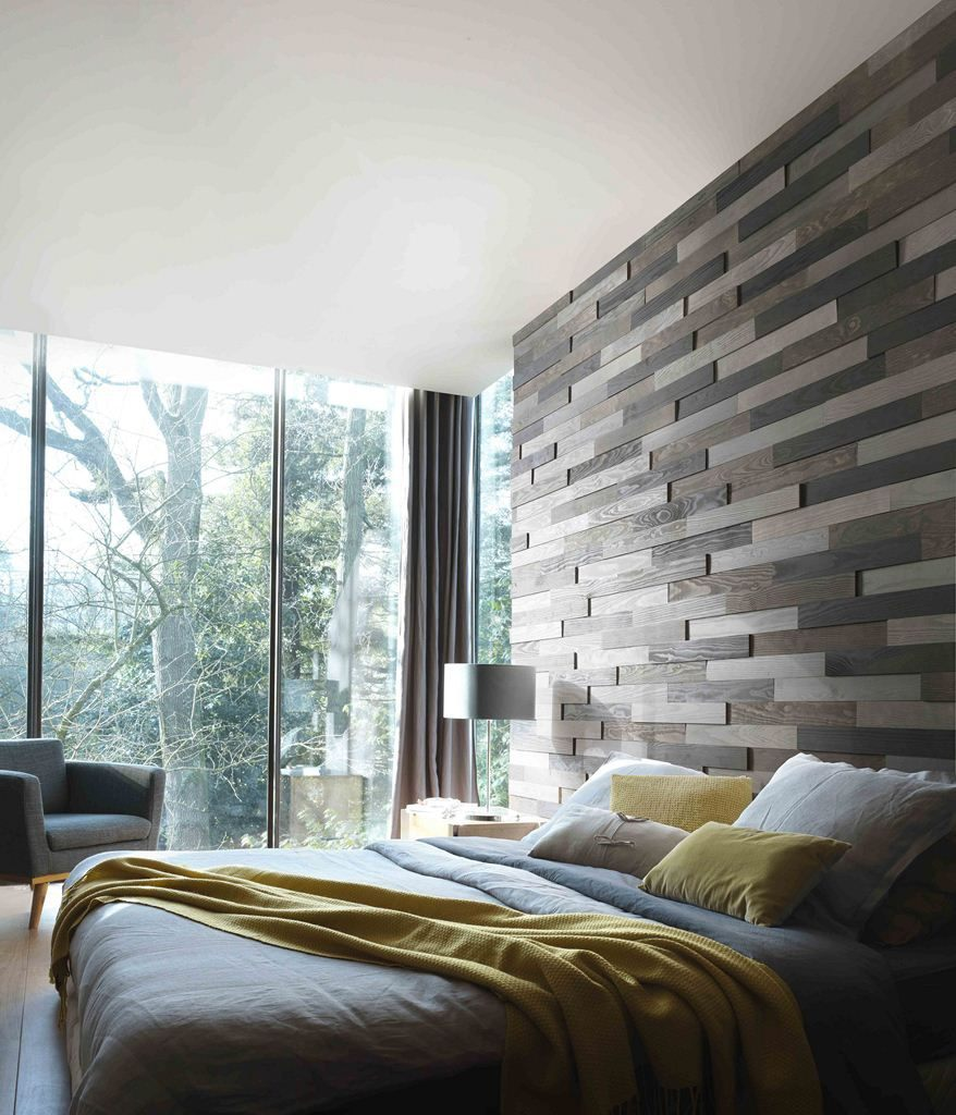 Une tªte de lit sur toute la hauteur du mur en relief et en bois
