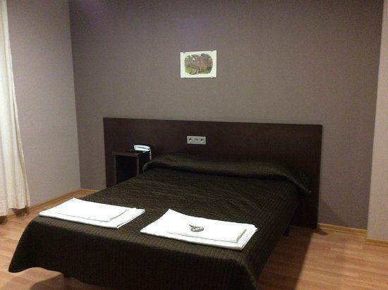 Un lit double avec un bon matelas Picture of Hostal Venta Valcorba