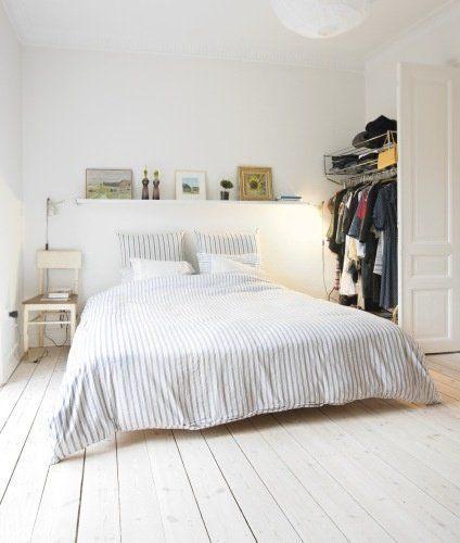 Décoration chambre adulte avec murs parquet et tªte de lit blanc